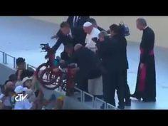 Papa Francesco  ferma la cerimonia ... un Cuore Grande