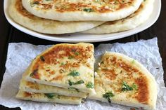 Naan cheese and garlic thermomix, a delicious bread indispensable for your table. Easy to prepare at home, here is the recipe for naan thermomix. Cheese Naan Recipes, Recipes With Naan Bread, Cheese Bread, Cheese Food, Bread Food, Garlic Naan, Garlic Cheese, Garlic, Pastries