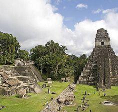 Blick auf die im Dschungel liegende archäologische Stätte Tikal in Guatemala