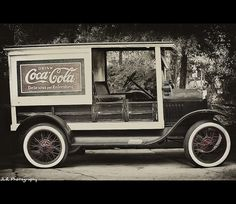 Previous pinner says: Vintage Coca-Cola Truck, found this vintage Coca-Cola truck at Dollywood in Pigeon Forge Coca Cola Vintage, Coca Cola Ad, Always Coca Cola, Retro Vintage, Coca Cola History, World Of Coca Cola, Cola Drinks, Vintage Trucks, Old Photos