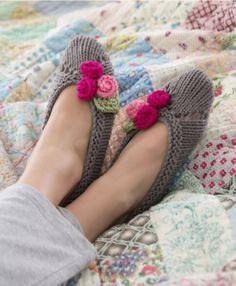 For Her pattern by Nazanin S. Fard Slippers for Her Knitting Pattern: free What a super cute birthday or Christmas gift idea!Slippers for Her Knitting Pattern: free What a super cute birthday or Christmas gift idea! Knitted Slippers, Slipper Socks, Crochet Slippers, Knit Or Crochet, Soft Slippers, Free Crochet, Ladies Slippers, Knit Slippers Free Pattern