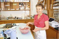 Har du noen gang lurt på hvor våre beste oppfinnelser som boblebiter, Toothy Tabs eller fuktighetskremer kommer fra? Alle sammen startet som små ideer hos Helen Ambrosen, oppfinner og delgrunnlegger i LUSH. Lær mer om Helen og finn ut hvordan noen av dine LUSH-favoritter ble til.