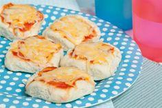 Pizzetas a los dos quesos  ¡Divertite preparando unas pizzetas con tus hijos!.         Foto:Lucila Cummins Empanadas, Queso, Catering, Dairy, Eggs, Cheese, Breakfast, Recipes, Cummins