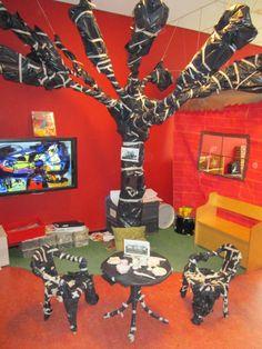 Boom, ingepakt voor thema: kunst zoals Christo deed. De kinderen hebben de terrasset ingepakt. Nutsschool Maastricht