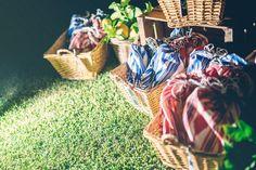 cestas, bolsistas que hizo la madre del novio con tela de lenguas con alpargatas