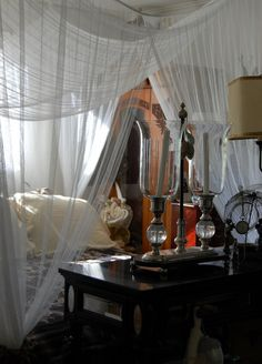 Out of Africa inspired bedroom Karen Blixen, Death On The Nile, British Colonial Decor, British West Indies, Safari Chic, Africa Style, Living In England, In And Out Movie, Mosquito Net