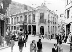 """Década de 20 - Rua Boa Vista esquina com a Ladeira Porto Geral. Em 1913 a empresa jornalistica """"O Estado de São Paulo"""" instalou ali a redação e a administração do jornal onde permaneceu até 1929, quando se mudaram para a rua Barão Duprat, enquanto esperavam a conclusão das obras da nova sede no prédio da rua Major Quedinho. Ao lado construíram o Teatro Boa Vista, inaugurado em 1916 e demolido em 1947. No local foi erguido o edifício do Banco Paulista do Comércio, obra do renomado arquiteto…"""