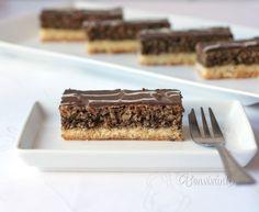 Recept od mojej sestry Darinky, ktorý mi vždy pripomenie Vianoce. Orechové rezy sú trvanlivé, bez krému, zato šťavnaté. Doma ich pečieme pár dní pred sviatkami, cesto zvláčnie a dobre sa krájajú. Tieto orechové rezy potieram domácim marhuľovým džemom. Veľký plech: 32 x 38 cm Sweet Desserts, Sweet Recipes, Czech Recipes, Ethnic Recipes, Cake Bars, Desert Recipes, Other Recipes, Christmas Treats, Nutella