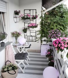 32 Space Saving Ideas Beautiful Balcony Designs with Modern Hanging Planters. Hanging planters save space and earn balcony designs far more functional. Simple Balcony Designs, Small Balcony Design, Small Balcony Garden, Small Balcony Decor, Outdoor Balcony, Small Patio, Balcony Ideas, Small Balconies, Modern Balcony