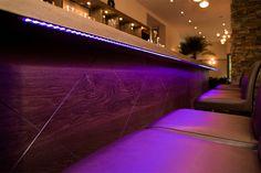 Détail du bar rétro-éclairé avec motifs gravés