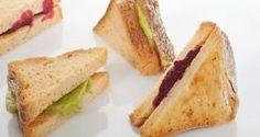 Sandwiches rellenos de paté de remolacha y paté de aguacate