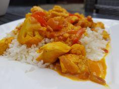 Een heerlijk koolhydraatarm hoofdgerecht, koolhydraatarme curry madras. Dit is een heerlijk Indiaas curry recept met kip en bloemkoolrijst. De curry madras is makkelijk om te maken en heeft een lekkere pittige smaak. Curry madras is een gerecht dat oorspronkelijk komt uit het zuiden van India. Lunch Recipes, Low Carb Recipes, Dinner Recipes, Cooking Recipes, Healthy Recipes, Low Carb Curry, Cauliflower Dishes, Food Challenge, No Cook Meals