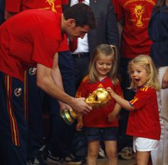 The Infantas Sofía and Leonor (love the face) with the World Cup and Spain's Captain, Iker Casillas.