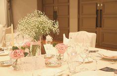 *** お花つながりで… 以前も載せましたが披露宴のテーブル装花❁ 真ん中にはかすみ草。 周りに小さなトルコキキョウブーケを置いてもらい、 帰りにゲストが持ち帰れるように❁ * テーブルクロスはアイボリーです。 * グラスに乗せた馬車の形の席札は#piary さんのもの。 ドリンクメニューは自分で作ったものを、各テーブルにふたつずつ置いてもらいました* 作ったテーブルナンバーがあっち向いてて写ってないのが惜しいーーーっ! でもこのふんわり感いいかんじ◡̈* * #結婚式#ウェディング#ホテルウェディング#披露宴 #テーブル装花#ゲストテーブル#テーブルコーディネート#席札#かすみ草#かすみ草ウェディング #京王プラザホテル札幌#卒花