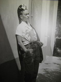 Black and white photo of Frida Kahlo wearing something other than her usual exotic outfits. Diego Rivera, Tanz Poster, Kahlo Paintings, Frida And Diego, Frida Art, Black And White City, City People, Mexican Artists, City Photography