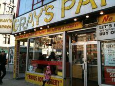Gray's Papaya går for at have de bedste hot dogs i New York. Hvis du er i Upper West Side, så stik næsen forbi og fortæl os, hvordan den er.