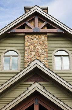 Products used/Suggested colours : - Rabbeted bevel siding / maibec Sycamore 003 - Board & batten siding / maibec Foliage Green 006 - Mouldings / maibec Foliage Green 006 Shingle Siding, Wood Siding, House Paint Exterior, Exterior Siding, Siding Colors, Exterior Colors, Board And Batten Siding, Timber Beams, House Painting