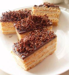 Foi fine si pufoase, crema delicata, glazura de ciocolata, sunt atributele unui desert magnific: Prajitura cu miere si ciocolata. Se prepara usor si este nemaipomenit de gustoasa. Ingrediente Prajitura cu miere si ciocolata: Foi: 400 grame faina 100 grame miere 100 grame margarina/unt 1 ou 1 lingurita praf de copt Tiramisu, Waffles, Cheesecake, Ice Cream, Sweets, Breakfast, Ethnic Recipes, Desserts, Food