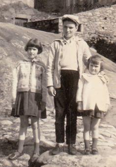 Tres nenos posando riba dunha pedra. Cedida por Ezaro.com