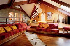 Ярко-желтые подушки отлично смотрятся на красном велюре диванов.