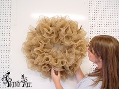 How to make a deco mesh burlap wreath. Burlap Wreath Tutorial, Burlap Wreaths, Burlap Crafts, Deco Mesh Wreaths, Wreath Crafts, Diy Wreath, Burlap Garland, Pencil Wreath, Trendy Tree
