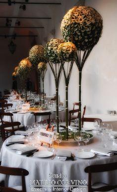 Grandi composizioni in bianco con petali di rosa. #white, #garden, #rose, #wedding Matteo Corvino Set Designer