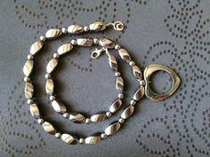 **Schöne, schwere Hämatit-Kette mit Hämatit-Herz. Schwarz-silbrig glänzend.**  Die gedrehten Hämatitperlen sind 1,5 cm lang und 8 mm dick,  die runden Perlen sind 5 mm im Durchmesser. Das Herz...