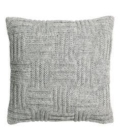 Tyynynpäällinen kuvioneuletta, jossa mukana villaa. Toinen puoli puuvillakangasta. Piilovetoketju.