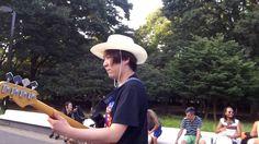 野外で民族系ジャムセッション! 「ジャンベ軍団vsバイオリンvsベース」