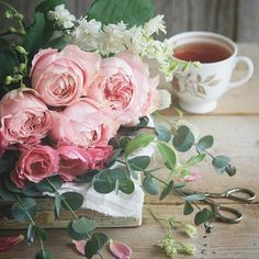 Solve Un bouquet de roses rares jigsaw puzzle online with 81 pieces Tea Art, Rose Tea, My Cup Of Tea, Coffee Love, Vintage Flowers, Pretty Flowers, Flower Designs, Pink Roses, Flower Art