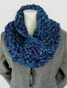 Free cowl pattern from Caron with 4 colors and a huge crochet hook - work it up in one evening. This cowl used Simply Soft yarn. Col Crochet, Crochet Patron, Learn To Crochet, Crochet Shawl, Free Crochet, Crochet Granny, Ravelry Crochet, Quick Crochet, Chunky Crochet