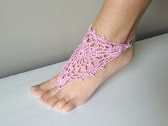szydełkowa ozdoba na stopę, video tutorial Crochet Videos, Crochet Stitches, Barefoot, Peep Toe, How To Wear, Diy, Shoes, Video Tutorials, Youtube