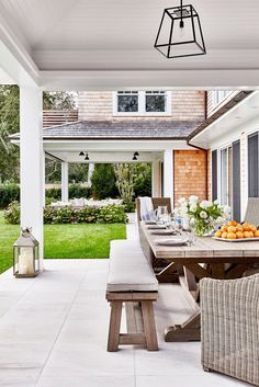 Beach house de estilo Hamptons en Amagansett, New York - haus & hof - Beach House Tour, Beach House Decor, Home Decor, Hamptons Beach Houses, Hamptons Kitchen, Patio Design, House Design, Design Table, Chair Design