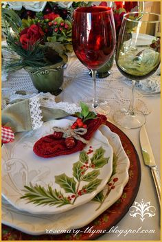 Rosemary and Thyme: Tablescapes ~ Christmas Table Inspiration Christmas Table Settings, Christmas Tablescapes, Christmas Table Decorations, Holiday Tables, Decoration Table, Christmas Party Table, Christmas China, Christmas Dishes, Noel Christmas
