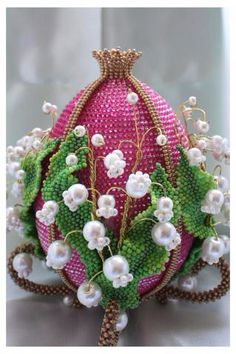 Easter is coming and i collected some photos of beautiful beaded Easter eggs. I hope Egg Crafts, Easter Crafts, Holiday Crafts, Flower Patterns, Beading Patterns, Art D'oeuf, Art Perle, Beaded Boxes, Diy Ostern
