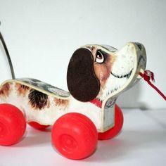 Fischer Price hond aan een touwtje achter je aan trekken. Hij had zo' n grappig wiebelstaartje.