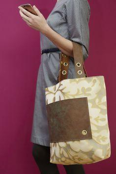 delor floralgelb ist eine wunderschöne Komposition aus schimmernder Seide und handgegerbtem Leder.