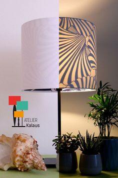 Dieser Lampenschirm ist schlicht elegant, sobald er beleuchtet wird zeigt er seine inneren Werte, dunkelblaue Muscheln.