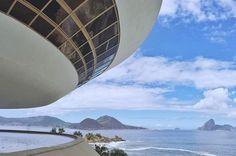 O Museu de Arte Contemporânea de Niterói(MAC) é um museu de arte contemporânea brasileira localizado sobre o Mirante da Boa Viagem na orla de Niterói no Rio de Janeiro. A obra foi inaugurada no dia 2 de setembro de 1996. Projetado pelo arquiteto Oscar Niemeyer o MAC e sua fachada futurista tornou-se um dos cartões-postais de Niterói.  O @leeandr esteve lá e tirou essa foto da belíssima vista  Compartilhe você também suas dicas e fotos usando a hashtag #blogmochilando