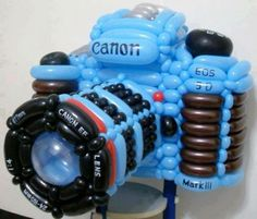 Feeling patient and creative? Try to make this camera out of only balloons Balloon Logo, Love Balloon, Twisting Balloons, Mylar Balloons, Nikon D5200, Balloon Crafts, Balloon Decorations, Balloon Ideas, Baloon Art