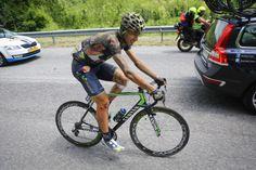 2級山岳チェントクローチ峠の下りで落車したアドリアーノ・マローリ(イタリア、モビスター)