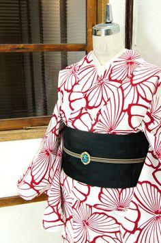 白に赤で染め出された大胆な蝶々のパターンがモダンな注染レトロ浴衣です。 #kimono Yukata Kimono, Kimono Japan, Kimono Fabric, Japanese Kimono, Traditional Kimono, Traditional Outfits, Japanese Outfits, Japanese Fashion, Geisha Japan