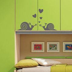 Rien de tel qu'un sticker avec deux escargots amoureux pour adoucir l'ambiance de la chambre de vos enfants.