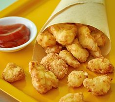 Try out this fried cheese curds recipe for delicious, crispy deep-fried cheese curds. Serve with assorted dipping sauces for a real crowd-pleaser. Yummy Appetizers, Appetizer Recipes, Snack Recipes, Cooking Recipes, Snacks, Appetizer Ideas, Drink Recipes, Deep Fried Cheese Curds, Cheese Fries