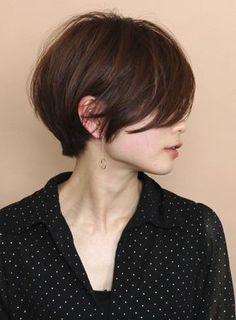 """アッシュ、アッシュブラウン、栗色・マロン関連のショートボブヘアです。ジャマな前髪が『大人の女性感』を引き出してくれる、ショートボブスタイルです。 長めの前髪だからこそできる""""大人フェミニンショート""""です。 カラー、パーマ、細かい長さなどは要相談で。 お客様一人一人の骨格や生えグセを見ながら、バランスが良くて、スタイリングのしやすいカットを心がけているので、ショートで悩んでる方は是非お越しください!比留川游 波留 滝川クリステル エドワードファーロング 辺見えみり 柴咲コウ 三浦理恵子 新垣結衣 田丸麻紀 真木よう子 広末涼子 吉瀬美智子 長澤まさみ 広瀬すず色 流行 トレンド 前髪 新着 2019 ヘアスタイル 髪型 今年 人気 ヘアカタログ 秋冬 春夏 イルミナカラー 大人 ショート ショートボブ 30代 40代 パーマ 似合う 似合わせ 丸顔 面長 エラ張り 小顔メニューはカット・ヘアカラー予算は15000円(税抜き)です。CIRCUbyBEAUTRIUM omotesando、サーカスバイビュートリアム表参道の堀越真 ショートヘア ショートボブ…"""