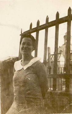Carmen Conde en la terraza de su casa y, al fondo, la Cúpula de la iglesia de la Caridad. (1931-1932).