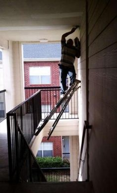 Can we say Darwin awards? Seriously, who does this? People Doing Stupid Things, Dumb People, Crazy People, Strange People, Smart People, Fun Things, Darwin Awards, Someecards, Funny Pics