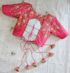 Blouse Back Neck Designs, New Saree Blouse Designs, Simple Blouse Designs, Stylish Blouse Design, Pink Blouse Design, Indian Blouse Designs, Blouse Neck, Blouse Patterns, Indian Style