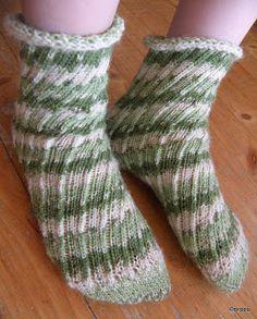 Nämä ovat sitten todella laiskat sukat :) Kuvioneule on laiskanraitaa, jonka ohjetta tässä samalla myös selkeytän/yksinkertaistan. Sukiss...