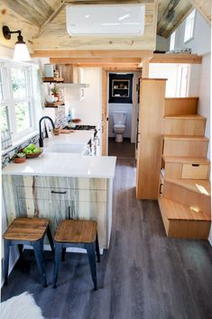 49 Cool Tiny House Design Ideas To Inspire You Schrank und küchentisch! The post 49 Cool Tiny House Design Ideas To Inspire You appeared first on Schrank ideen. Modern Tiny House, Tiny House Living, Tiny House Plans, Tiny House On Wheels, Small Living, Living Room, Tiny House With Loft, Modern Loft, Rustic Modern